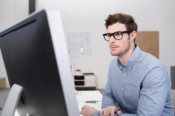 kompetente mitarbeiter schaut auf computer