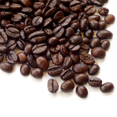 Papiers peints Café en grains Brown coffee beans isolated on white background