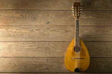 alte Mandoline auf Holzdielen