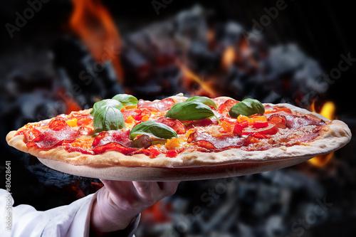 salami pizza frisch aus dem holzofen serviert stockfotos und lizenzfreie bilder auf fotolia. Black Bedroom Furniture Sets. Home Design Ideas
