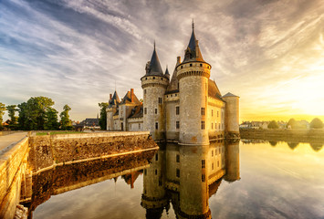 Fototapete - The chateau (castle) of Sully-sur-Loire at sunset, France