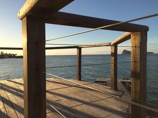 Terrasse en bois au soleil couchant