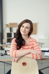 zufriedene junge auszubildende im büro