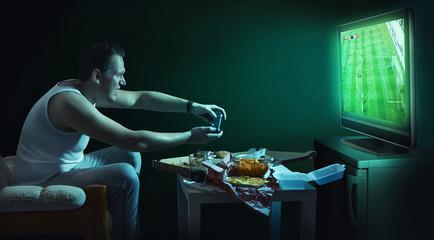 Mann spielt videospiele auf konsole