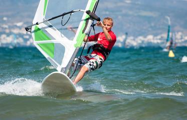 Teenager beim Windsurfen