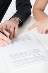 Mann unterzeichnet Vertrag