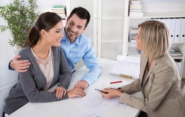 Junges Paar in einem business meeting: Berater und Kunde