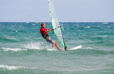 Teenager beim Surfen