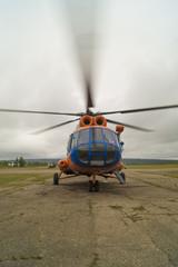 Вертолёт Ми-8т с работающими винтами готовится к взлёту