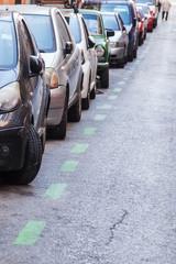 Reihe geparkter Autos am Straßenrand