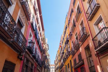 schmale Straße in der Altstadt von Madrid