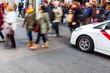 Madrider Taxi steht am Fußgängerüberweg