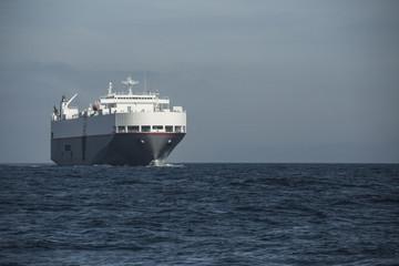 Autofrachter in der Meerenge von Gibraltar