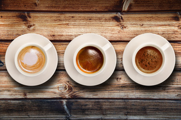 tris di caffè su fondo legno