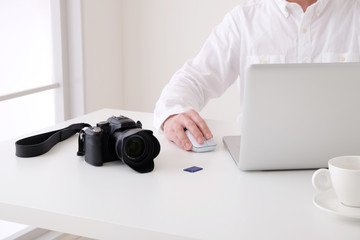 ノートパソコンとデジタルカメラ