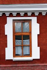 Окно старинного кирпичного дома со ставнями