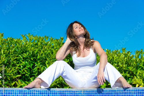 Sitzende Frau Im Freien Stockfotos Und Lizenzfreie Bilder Auf