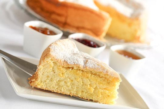 gâteau de Savoie nature et confitures 3