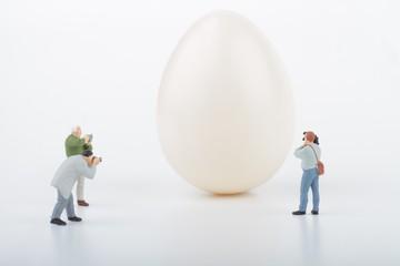 fotografi in miniatura che riprendono un uovo gigante