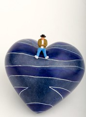 miniatura di uomo solitario su un cuore