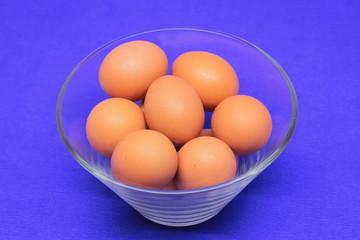 куриные яйца в стеклянной тарелке