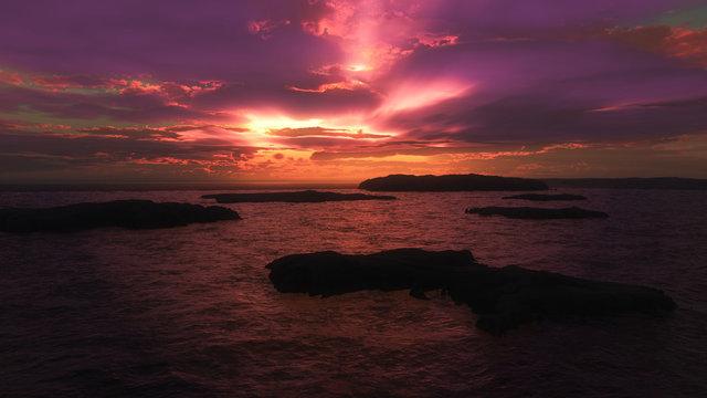 nuage violet sur l'océan