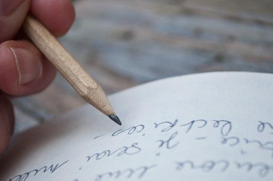 Ecriture manuscrite au crayon de bois dans livre en papier recyc