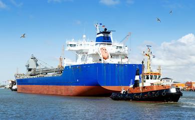 Frachtschiff dockt aus
