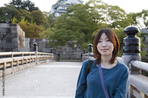 旅行中の女性と大阪城