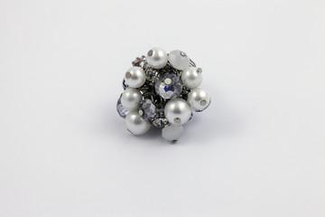 Gioielli, un bracciale di perle bianche