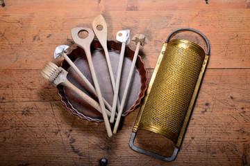 alte Küchenwerkzeuge auf Holz