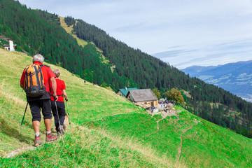 Pensionisten wandern auf dem Berg
