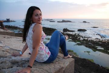 Jeune femme naturelle devant la mer