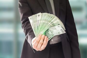 Obraz Anonimowy człowiek sukcesu trzyma pieniądze - fototapety do salonu