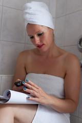 Wellness & Beauty - junge Frau mit Handy