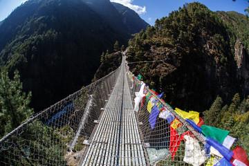 Photo sur Aluminium Népal Bridge in Himalayan mountains