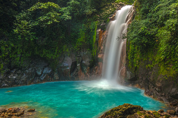 Tuinposter Watervallen Beautiful Rio Celeste Waterfall