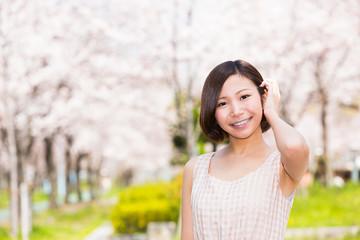 桜ノ宮公園 満開の桜と若い女性