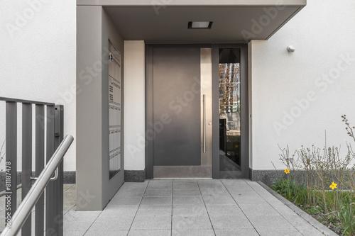 haust r eingang stockfotos und lizenzfreie bilder auf bild 81187478. Black Bedroom Furniture Sets. Home Design Ideas
