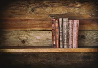 alte Bücher mit hölzernem Hintergrund.