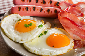 Fried Eggs , bacon and sausages