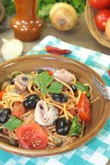 Spaghetti alla puttanesca mit Oliven und Sardellen