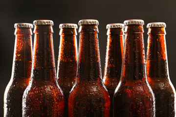 Papiers peints Biere, Cidre Glass bottles of beer on dark background