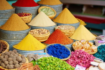 In de dag Marokko Selection of spices on a Moroccan market
