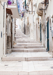 Ulica w Vieste, Puglia, Włochy - 81341096
