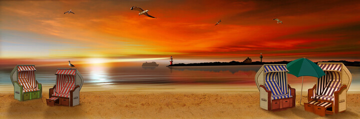 Strand mit Strandkörbe im Sonnenuntergang am Abend