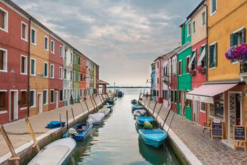Venise Burano canal maisons colorées