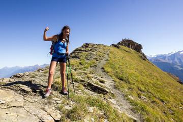 Ragazza fa trekking in montagna