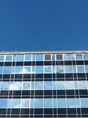 Spiegelnde Glasfassade an der Konstabler Wache in Frankfurt