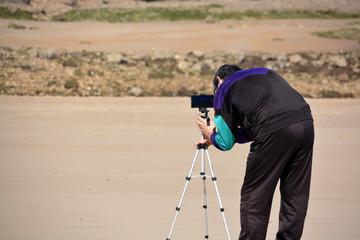 hombre fotografiando en la playa